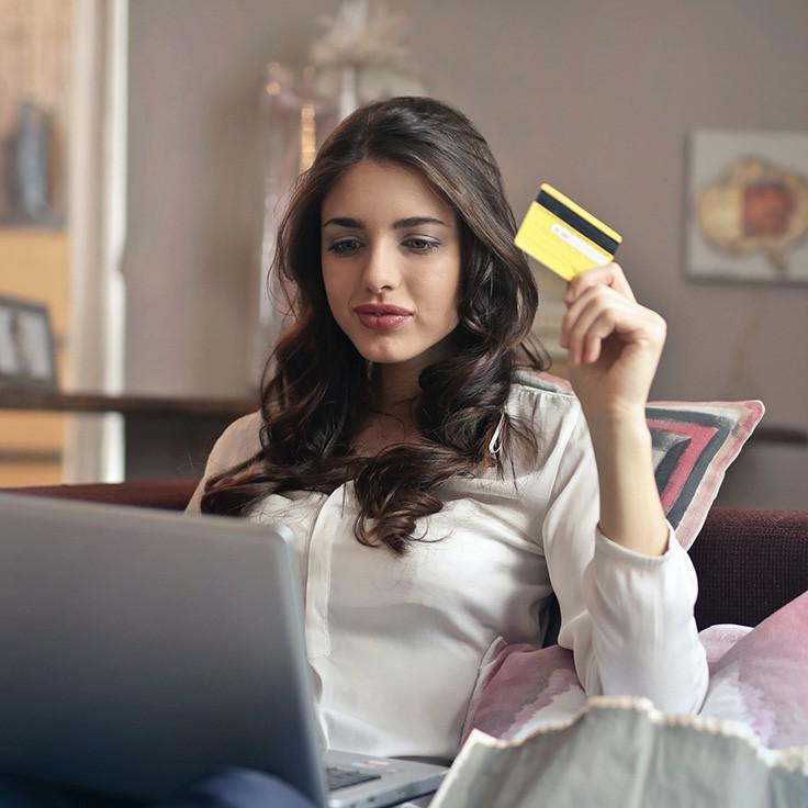 年轻女子在用信用卡