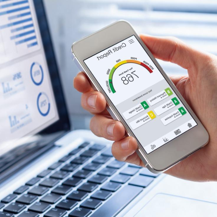 信用报告与分数评级应用在智能手机屏幕